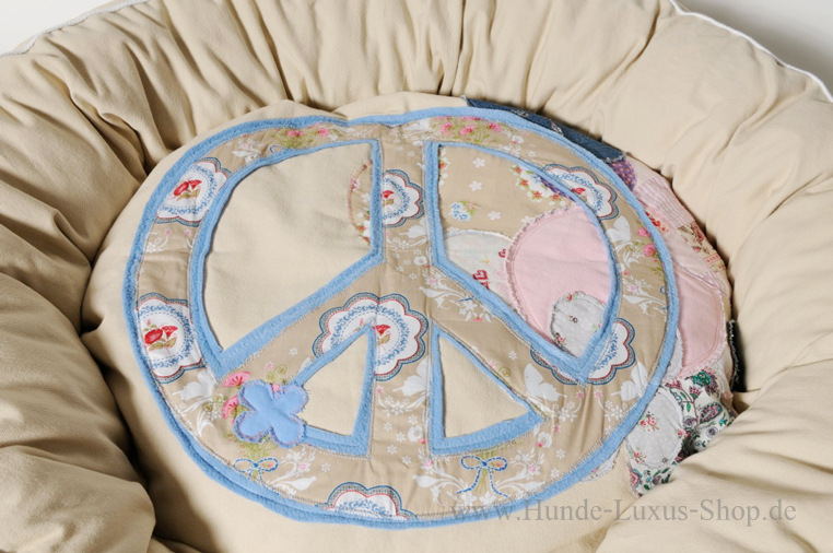 Luxusbettchen für kuscheligen Schönheitsschlaf. Das Friedenszeichen symbolisiert immer noch unseren Wunsch für ein friedliches Miteinander auch im Sektor Hund.